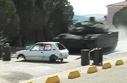 高速行驶坦克撞上小汽车是什么后果?