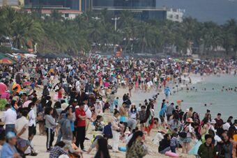三亚春节旅游人气旺 游客下水如煮饺子