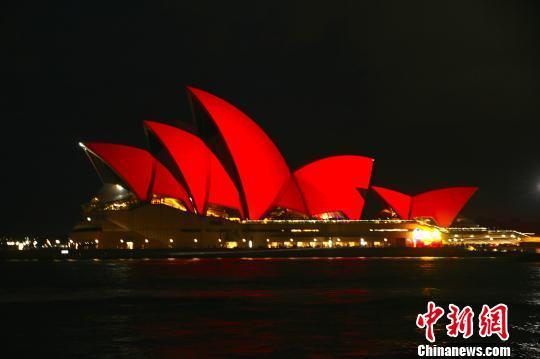 悉尼歌剧院点亮中国红迎猴年