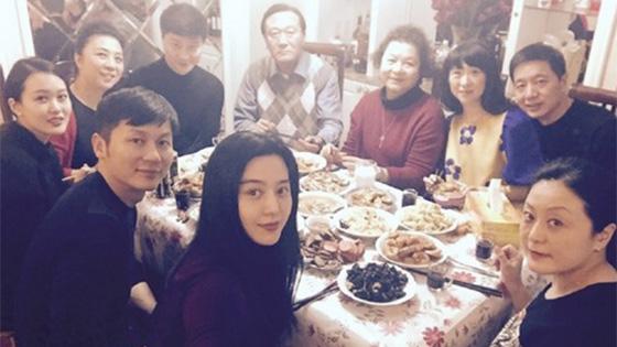 范冰冰带李晨回家见长辈 一家人吃饭温馨
