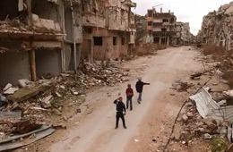 航拍叙利亚:废墟中敬礼的儿童