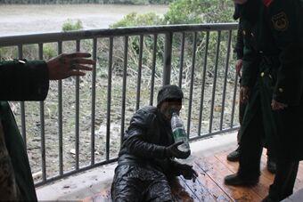 深圳抓获东南亚籍偷渡客 潜伏河中6小时