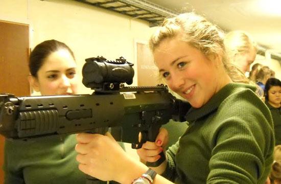 北欧女兵都是金发碧眼俏娇娃