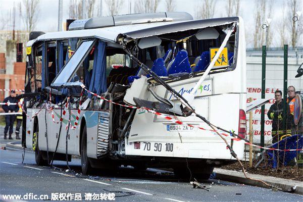 法国校车与卡车相撞 已致6人死亡