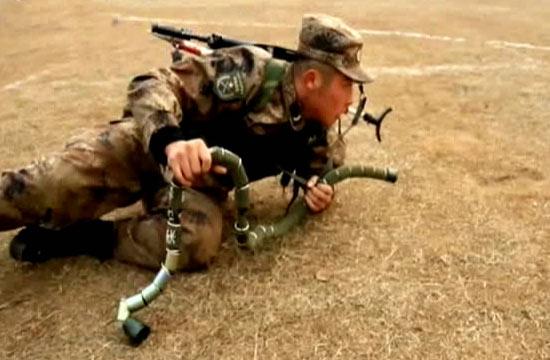 解放军训练出现柔性爆破筒