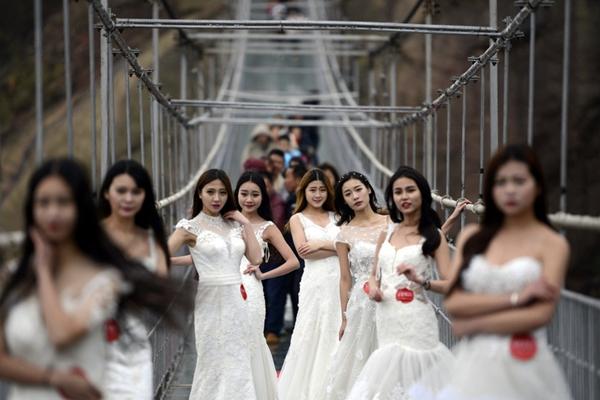 湖南平江石牛寨玻璃桥高空婚纱秀迎情人节