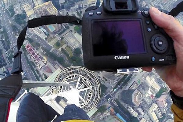 惊险!外国男子徒手攀爬至深圳高楼顶端