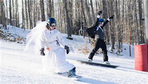 美国夫妇举行滑雪主题婚礼
