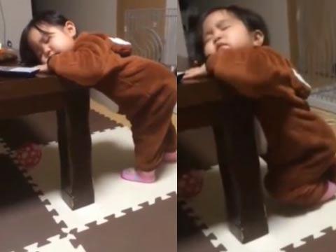 宝宝高难度睡姿 好吧你赢了!