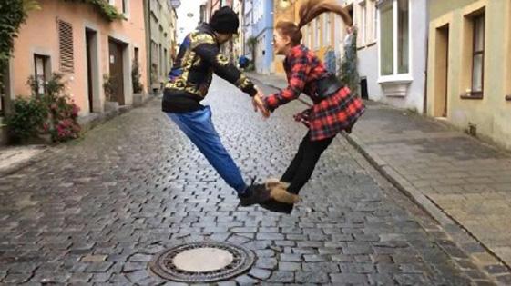 周杰伦夫妇高难度情人节合影 同时跳起做心形