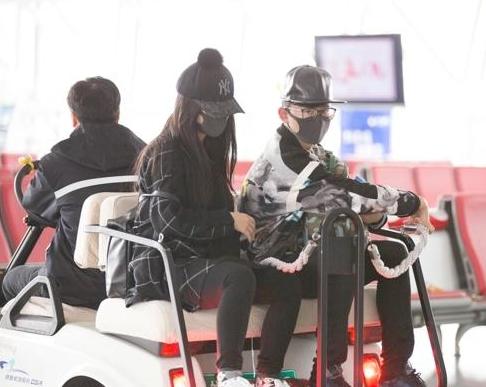 张杰谢娜齐赴京 遇粉丝拍照要求删图