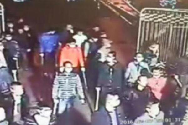 百名蒙面人春节持铁锤3次打砸工厂