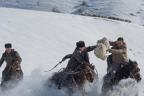 新疆哈萨克族牧民雪地刁羊