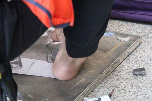 山东艺考校考第一天 残疾小伙用脚作画
