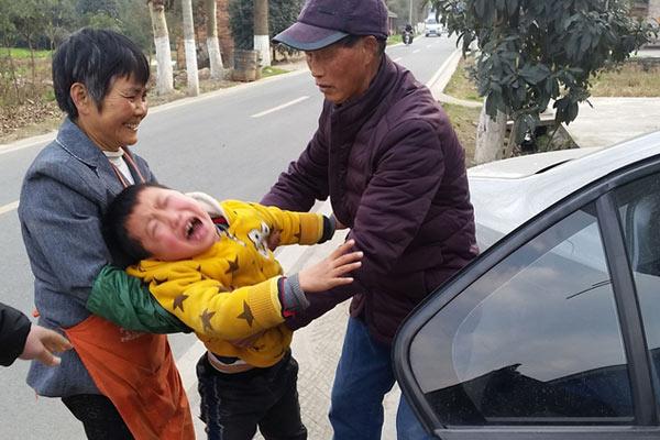 留守儿童和母亲分离哭嚎:不能这样对我