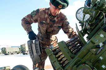 近景拍摄我军操作老式高射炮
