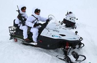 新疆边防兵帅气驾驶摩托雪橇
