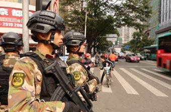 深圳街头执勤武警装具时髦