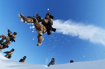 解放军雪野训练画面大片即视感