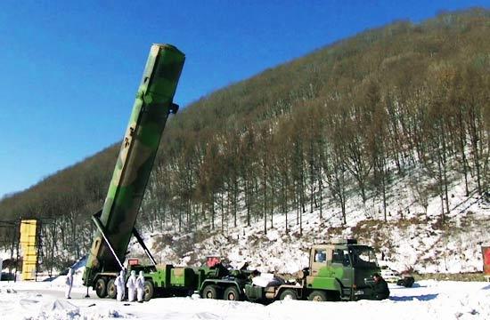 火箭军新春出击东风31起竖壮观