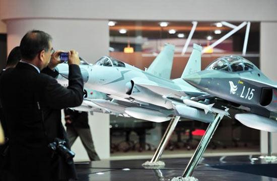 新加坡航展上老外猛拍中国战机