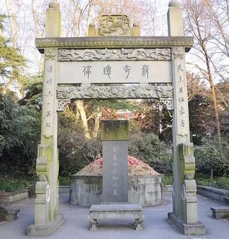 情人节后 西湖边武松墓坟头被撒满玫瑰花瓣