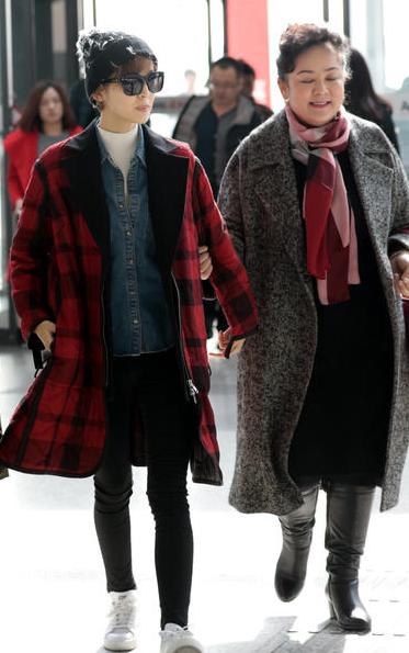 张翰与娜扎母女同机不同框 机场分头行动