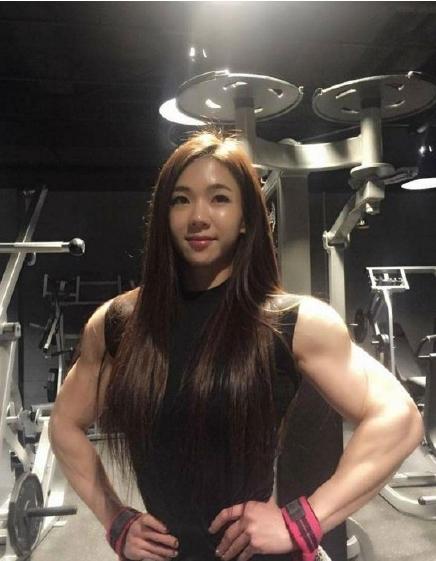 韩版金刚芭比容颜甜美 强健肌肉反差大