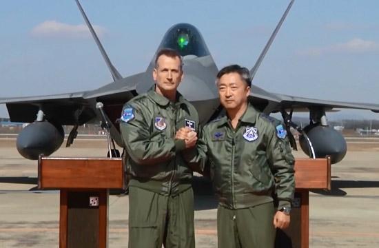 美韩两军在F22战机前紧紧握手