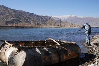 西藏孤岛守军靠自制牛皮筏进出