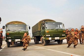 解放军趣味竞赛比试拉军用卡车