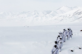 新疆边防雪原巡逻一片白茫茫