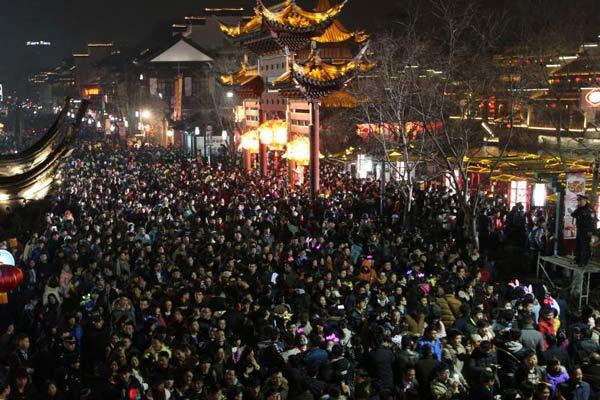 南京数十万人观秦淮灯会 人潮汹涌场面壮观