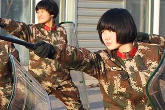 武警女兵警棍训练个个眼神犀利