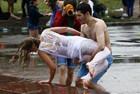 街拍男女水战 看湿身诱惑