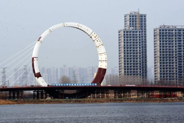郑州:在建大桥竖巨大圆环 似外星建筑