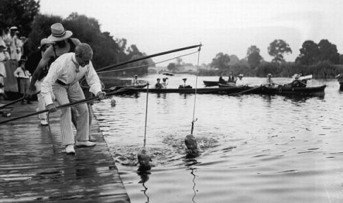 揭秘:1906年英国人学游泳