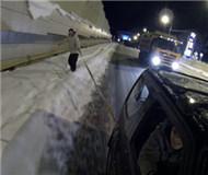 俄男子深夜踩滑雪板 被汽车拖拽一路滑行