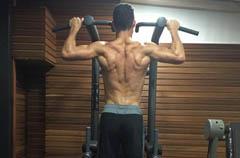 C罗放假玩命加练 双臂+背部完美肌肉