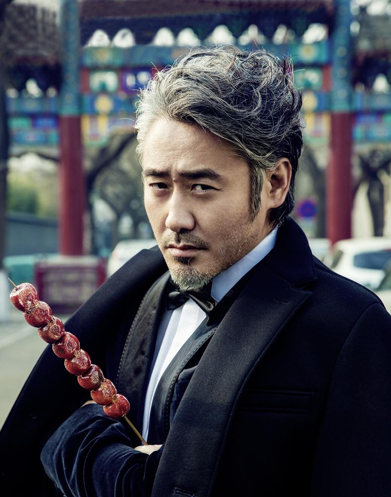 吴秀波吃糖葫芦串巷子 绅士格调碰撞老北京文化