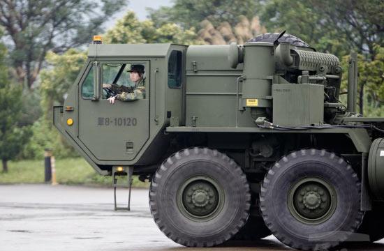 台军妹纸开30吨爱国者导弹车