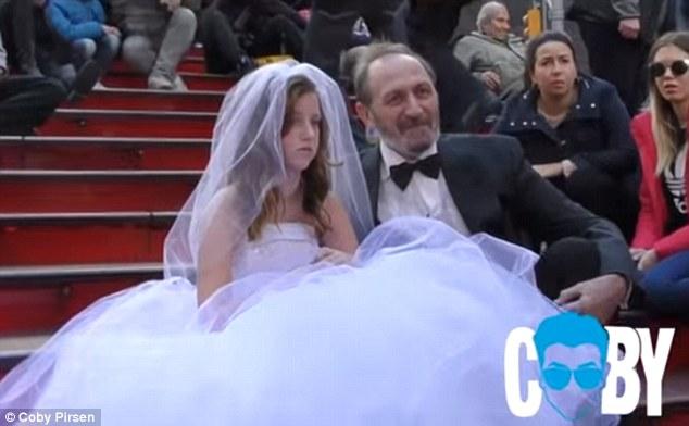 YouTube主播街头表演童婚呼吁社会关注