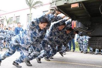 解放军女汉子军事训练手推汽车