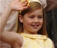 荷兰10岁小公主滑雪出意外摔断腿由直升机送医