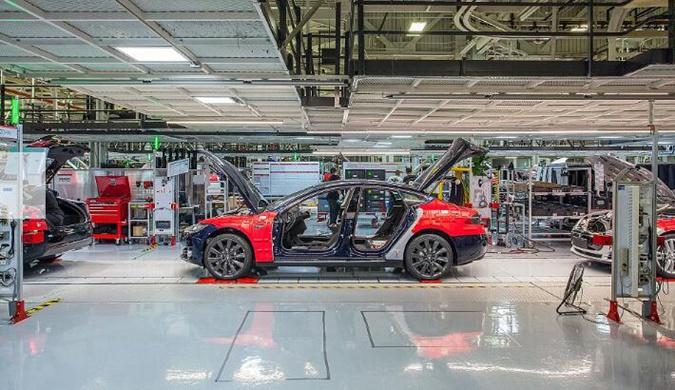 一窥特斯拉机器工厂:看机器人如何组装Model X