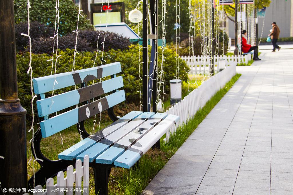 """2016年02月27日,江蘇省南京市,近期,南京市鼓樓北極閣廣場上的所有公共設施忽然間都悄悄換上了""""卡通裝"""",從公共坐椅、窨井蓋、指路牌以及垃圾箱,統統被涂上卡通圖案,五顏六色的卡通動漫形象與周邊的植物、城市景觀相映成趣,給廣場增添了不小的亮麗,一時受到前來休閑娛樂的市民和路人的贊賞。"""