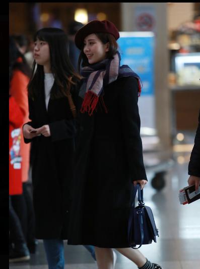 刘诗诗现身机场赴巴黎时装周 造型复古
