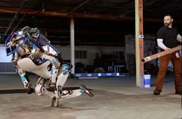 谷歌逆天Atlas拟人机器人测试画面滑稽