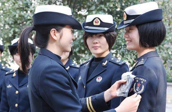 驻沪海军女兵展示新款臂章