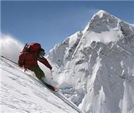 """探险家""""生命禁区""""登山滑雪 征服8000米山峰"""